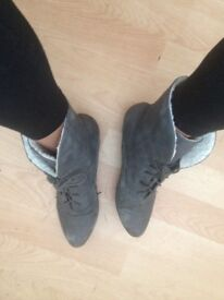 LADIES WELL WORN GREY ANKLE BOOTS SIZE 6