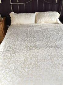 Kingsize Dorma duvet cover and matching Dorma Valance plus 2 pillow cases