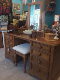 Beautiful dressing table, can deliver