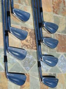 SUPER BEAU SET DE 8 FERS FORGÉS MIZUNO MP-67 OU MP-69 DROITIERS, TIGES EN ACIER DYNAMIC GOLD S300, FLEX STIFF