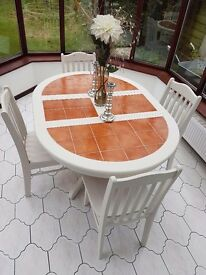 Stunning Dining Table and 4 Chairs