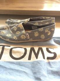 Women's Daisy Print Toms