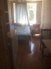 DOUBLE ROOM 540 PM IN ROEHAMPTON AVAILABLE NOW !!