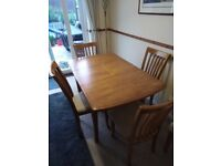 Dining table with 4 matching chairs in excellent condition