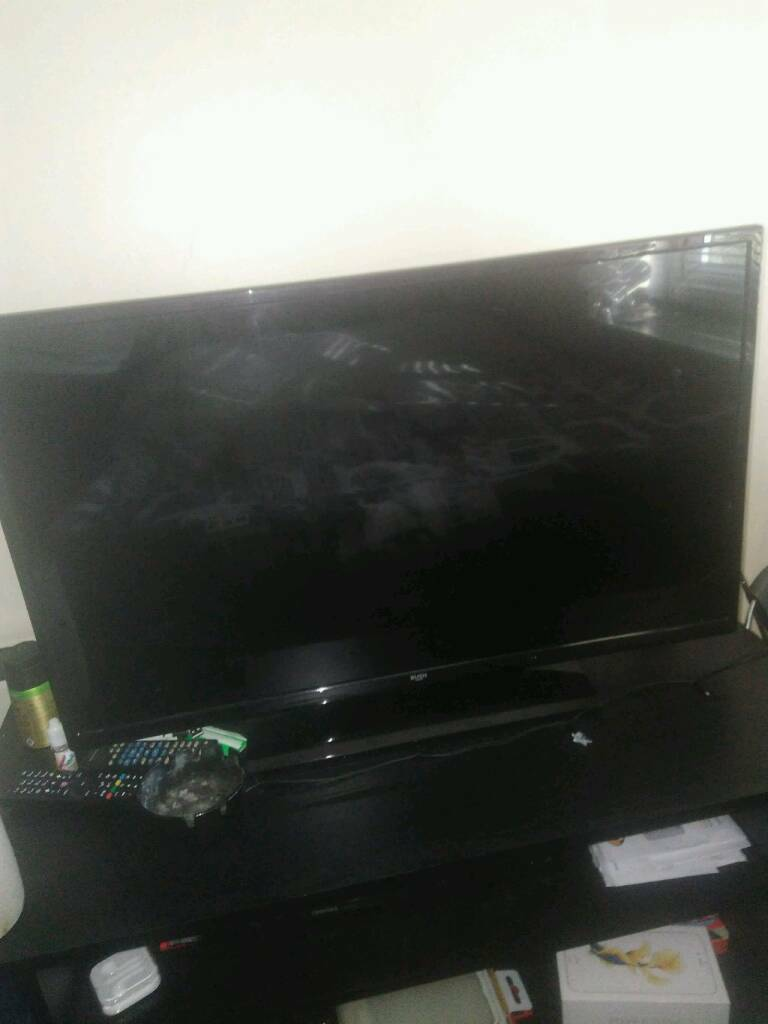 32 inch tv with built in free view comes with remote and box in exc condition make of tv is bush