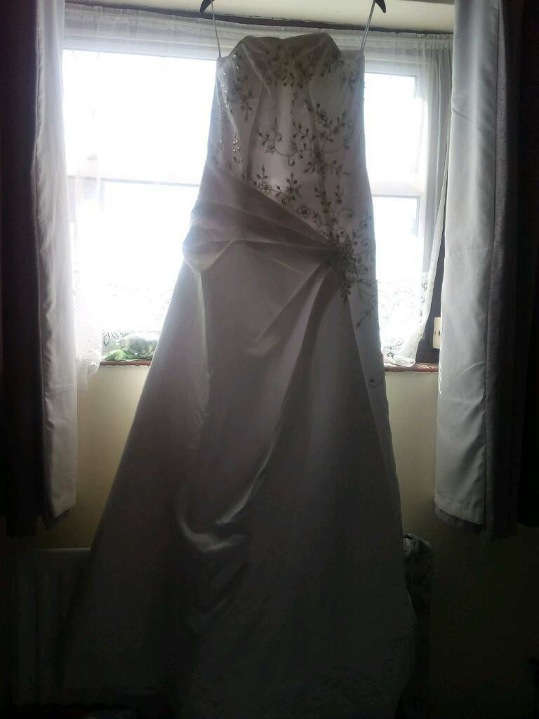 Nice wedding dress size 12in Lowestoft, SuffolkGumtree - Size 12 wedding dress long train strapless generic brand still a great looking dress and a cheap dress for someones happy day