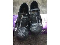 Sketchers UK6 black shoes