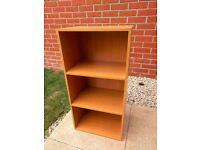 Short bookcase with an oak veneer finish in excellent condition - £10