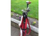 SET OF GOLF CLUBS WITH BAG AND ACCESORIES.