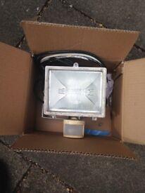 Flood light with pir detector
