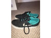 Black and turquoise Nike janoski size 4