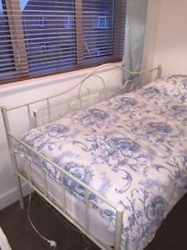 SINGLE DAY BED. Beautiful cream bed frame. Very good condition!