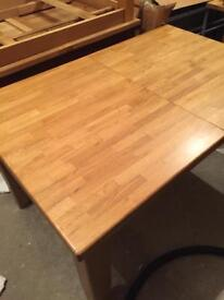 Solid oak dinning room table in great condition and extends