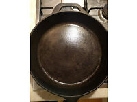 very new Lodge 30 cm cast iron frying pan
