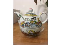 Alive in wonderland teapot
