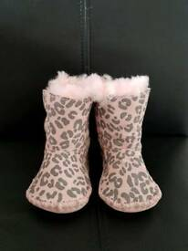Girls Ugg Boots Size UK 0.5 (0-12 months)
