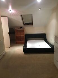 HUGE loft with ensuite close to Collierswood and South Wimbledon