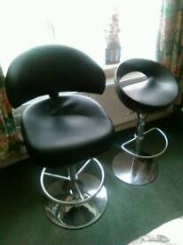 2x hydraulic bar stools