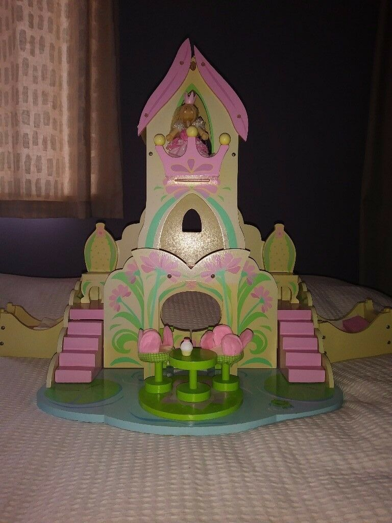 Le toy van queen doll and wooden dolls fairy castle