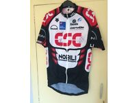 AUTOGRAPHED DESCENTE CYCLING JERSEY SIZE 5– OFFICIAL PRO-TOUR TEAM CSC 2006- BRAND NEW