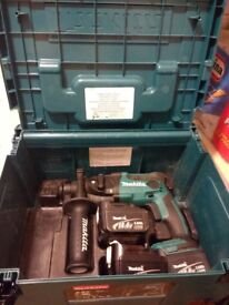Compact Makita hammer drill + 3 battery , case . No charger
