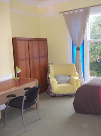 NO AGENCY FEES! - Very large double/twin room in nice first floor flat central to Westbourne