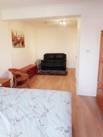 *** LARGE DOUBLE ROOM ENSUITE CLOSE TO SOUTH HARROW TUBE STATION