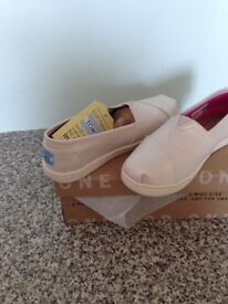 Classic Toms pale gold shimmer Size 3