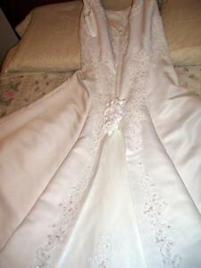 Mon Chérie A-line off-the-shoulder wedding dress w/long train London Ontario image 2
