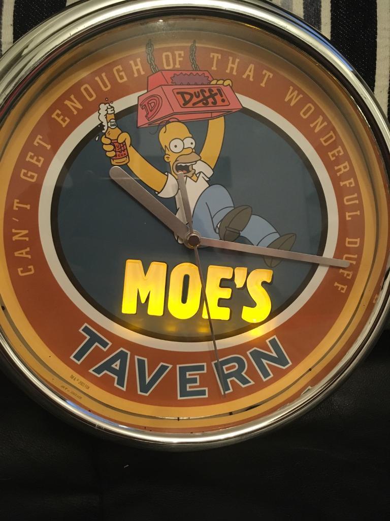 Moes tavern flashing light click