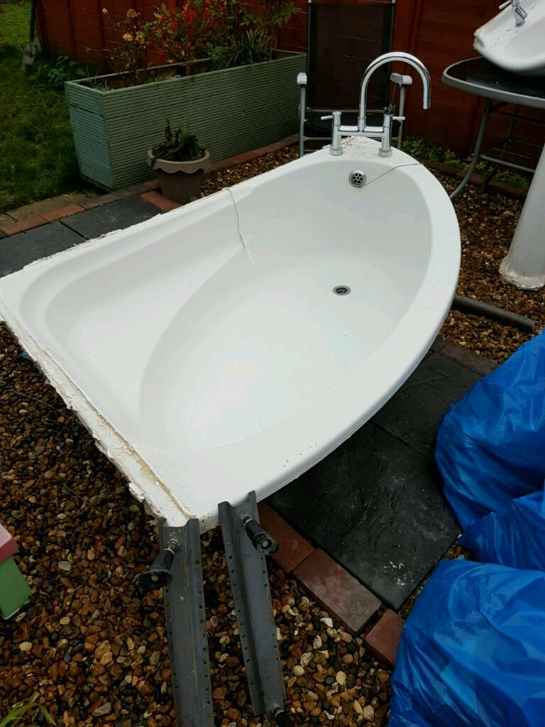 Free corner bath and sink including taps