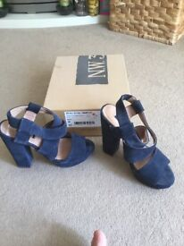 Hobbs Navy platform sandals size 5