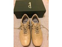 CLARKS MENS TRAINERS, LIGHT TAN IN COLOUR, SIZE 11
