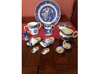 Blue willow pattern design pieces of China and collectable ware