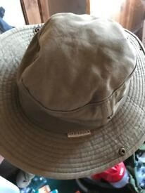 White rock outback hat with lifesystems head net