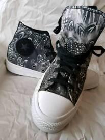 Gorgeous converse hightop size 6 feather design