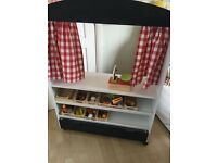 Play shop/puppet theatre with groceries, scales and puppets
