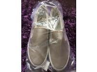 New men's size 8 canvas shoes