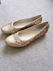 Brand New Boxed Clarks Gold Glitter Shoes, size 1.5F