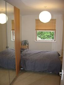 Lovely size 2bed on Station Road Hendon * Furnished * Large double and smaller double * Parking *