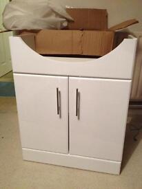 Sink cabinet gloss white. Soft close doors.