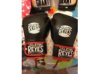 Cleto Reyes boxing glove 14oz
