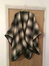 Black and beige check wrap/cape, tu,one size.