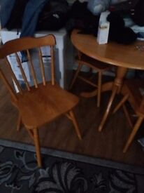Sturdy oak round table with 4 chairs