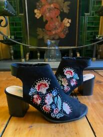 Black embroidered heeled shoes