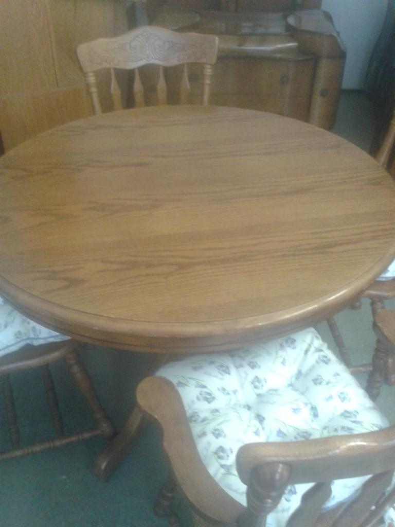 extendable round wooden dining table and 4 chairs can  : 86 from www.gumtree.com size 768 x 1024 jpeg 54kB
