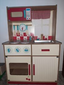 Lovely Wooden Kitchen. Good Condition.