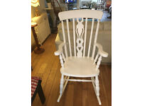A LOVELY SOFT WHITE SHABBY CHIC ROCKING CHAIR WITH FIDDLE DESIGN TO THE CENTRE BACK