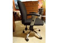 Adjustable office chair with removable arms in very good condition