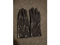 Detailed leather gloves